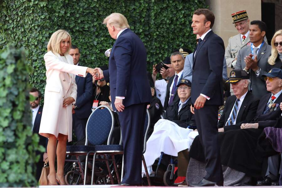 Le président Donald Trump et Brigitte Macron lors de la cérémonie franco - américaine au cimetière américain de Colleville sur Mer le 6 juin 2019 dans le cadre du 75ème anniversaire du débarquement.