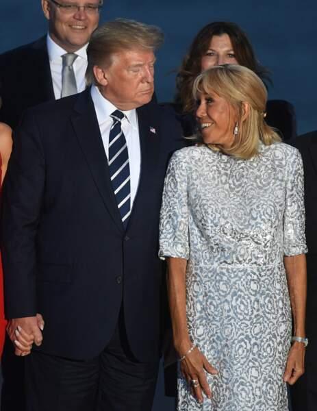Le président américain Donald Trump et la Première Dame Brigitte Macron posent pour une photo de famille lors du sommet du G7 à Biarritz, France, le 25 août 2019.
