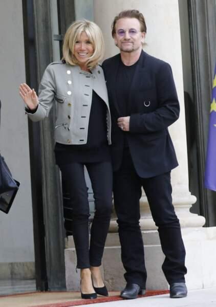 Brigitte Macron raccompagne le chanteur Bono, co-fondateur de l'organisation ONE après son entretien avec le président de la République au palais de l'Elysée à Paris, le 24 juillet 2017.