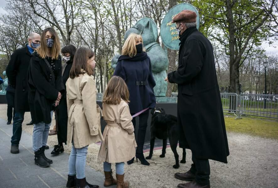 Plus que Brigitte Macron, c'est son chien Nemo qui a retenu l'attention de certaines passantes, ce vendredi 26 mars, sur l'avenue des Champs-Elysées.