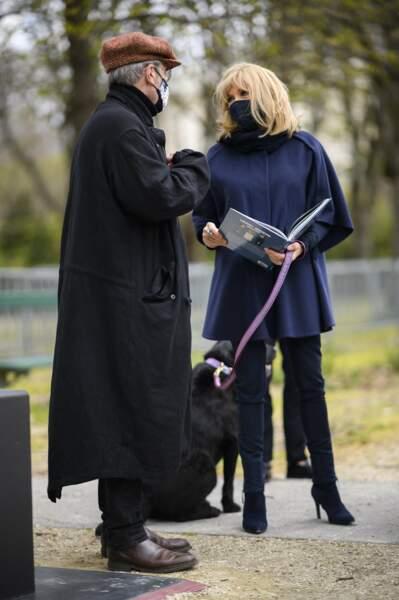 Pendant que Brigitte Macron discutait avec Philippe Geluck, son chien Nemo est resté très sage.