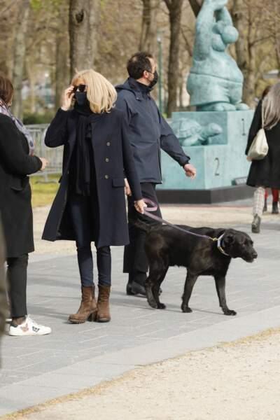 Brigitte Macron a été aperçue en train de promener son chien Nemo, sur l'avenue des Champs-Elysées, ce vendredi 26 mars.