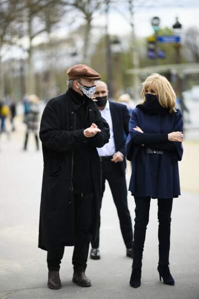 Brigitte Macron, qui avait changé de tenue, s'est rendue une deuxième fois avec son chien Nemo sur l'avenue des Champs-Elysées, ce vendredi 26 mars 2021.