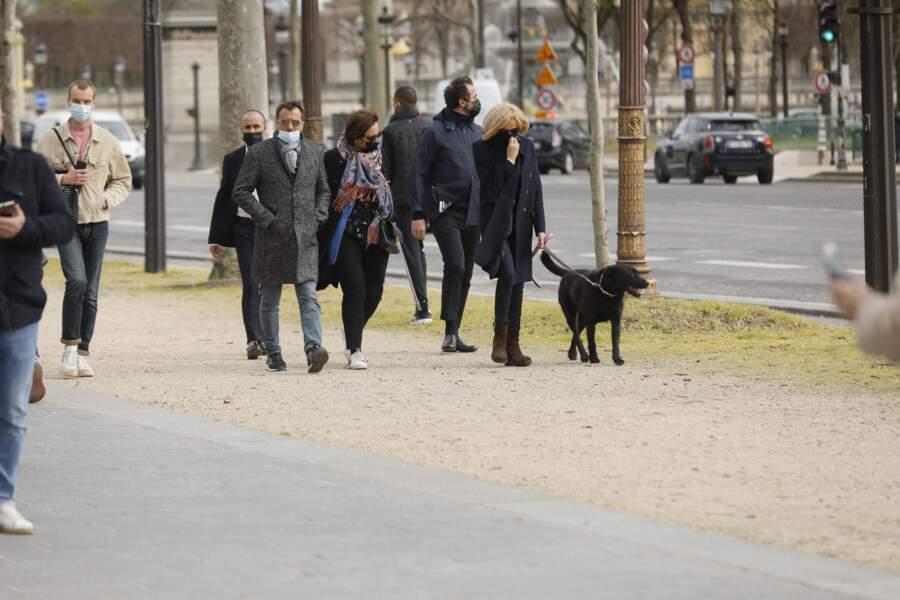 Une chose est sûre, Brigitte Macron n'est pas passée inaperçue lors de cette promenade sur les Champs-Elysées, qui a eu lieu ce vendredi 26 mars.