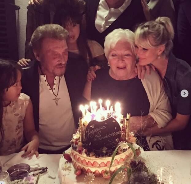 Laeticia, Johnny, Jade et Joy réunis pour l'anniversaire de Line Renaud. Photo souvenir postée en juillet 2020.