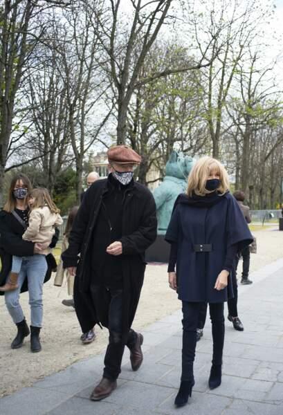 """Au côté du dessinateur belge Philippe Geluck, Brigitte Macron a visité l'exposition """"Le chat déambule"""", sur l'avenue des Champs-Elysées."""