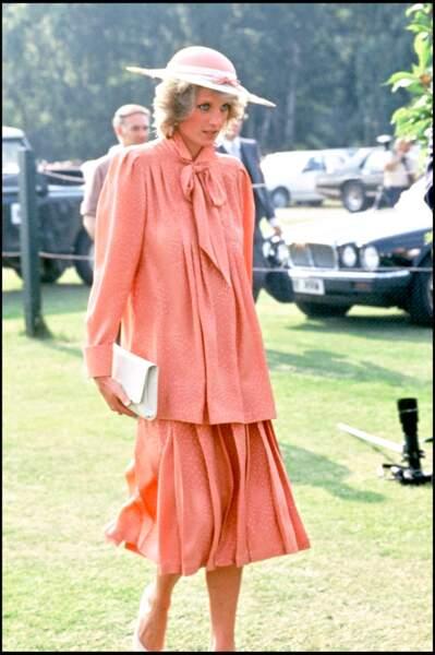 Très classe en blouse lavallière et jupe assortie, La princesse Diana enceinte pour la seconde fois en 1984.