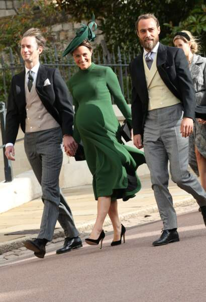 Pippa Middleton enceinte de son premier enfant, en robe couture sur-mesure et talons hauts, le 12 octobre 2018.