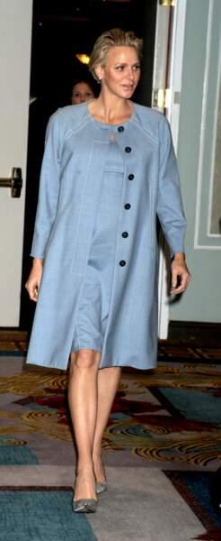 La princesse Charlène de Monaco, enceinte des jumeaux, toujours élégante en robe fluide.