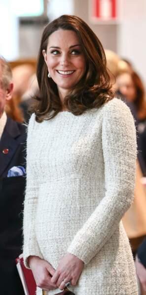 Kate Middleton enceinte du prince Louis, a opté pour la douceur et l'élégance de cette robe en tweed signée Chanel, le 31 janvier 2018.