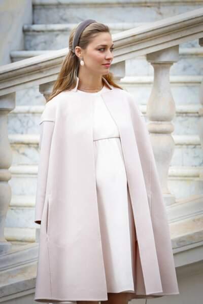 Toujours à la pointe de l'élégance, Beatrice Borromeo opte pour des tenues de grossesse chic en robe blanche et manteau rose pale.