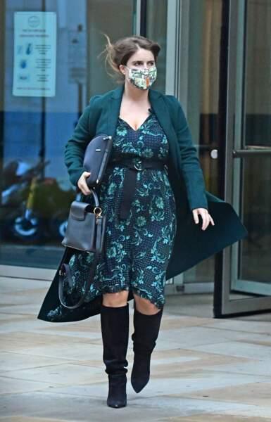 Lookée, la princesse Eugénie d'York, enceinte de son premier enfant, mise sur une robe fluide et une paire de bottes, le 30 septembre 2020.