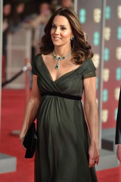 Kate Middleton enceinte de son troisième enfant et rayonante en rose de soirée, aux Bafta Awards, le 18 février 2018.