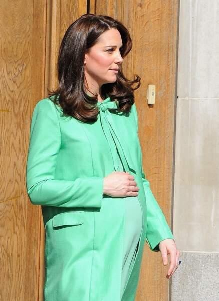 Kate Middleton enceinte, alterne entre tenue de grossesse et robe de créateurs sur-mesure comme cet ensemble Jenny Packham, le 21 mars 2018.