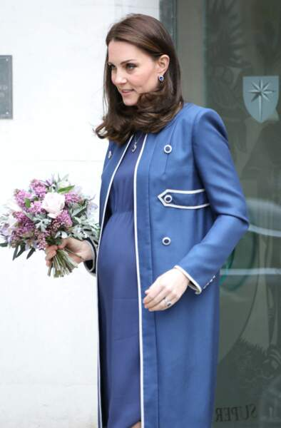 Kate Middleton enceinte, et chacune de ses tenues de grossesse provoquant la rupture de stock immédiat, ici le 27 février 2018.