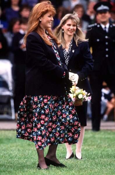 Sarah Ferguson enceinte en robe fleurie et long gilet.
