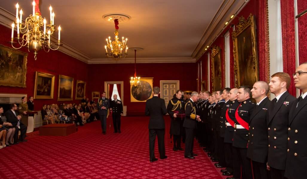 Le prince Charles d'Angleterre remet des décorations au Palais Saint James à Londres, en février 2014