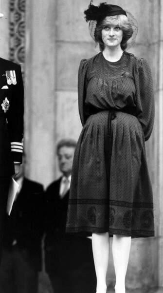 La princesse Diana enceinte en robe brodée et ceinturée.