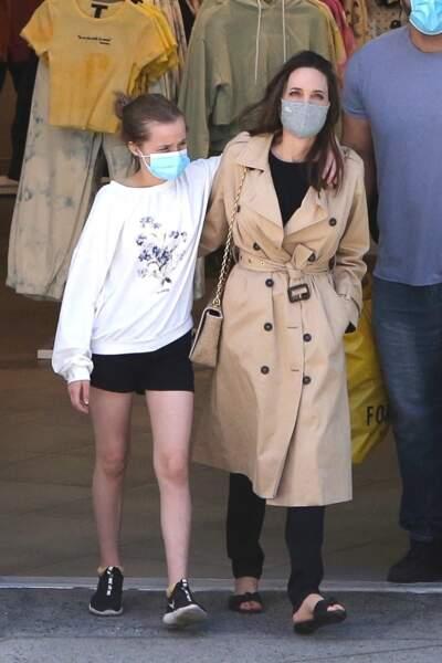 Angelina Jolie et sa fille Vivienne (12 ans) entourés de leur garde du corps à Hollywood, le 29 mars 2021
