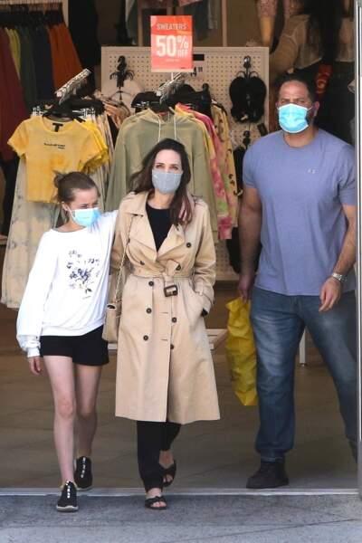 Angelina Jolie et sa fille Vivienne (12 ans) sous leurs masques pour une sortie shopping