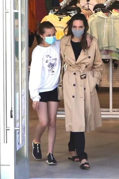 Angelina Jolie à la sortie d'un magasin Forever 21 à Hollywood avec fille Vivienne le 29 mars 2021