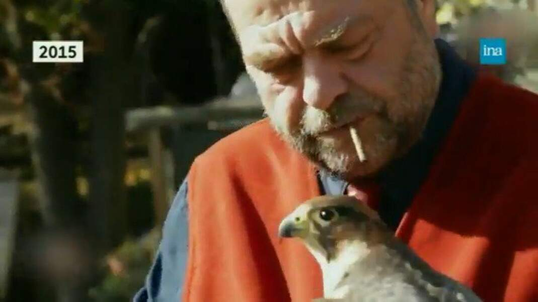 Lorsqu'il ne travaille pas, Éric Dupond-Moretti passe du temps avec son faucon Pingouin.
