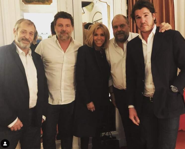 Éric Dupond-Moretti, entouré entre autres de Brigitte Macron et de Philippe Lellouche, au théâtre de La Madeleine, en février 2019.