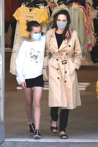 Angelina Jolie aux côtés de sa fille Vivienne (12 ans), jumelle de Knox, à Hollywood le 29 mars 2021