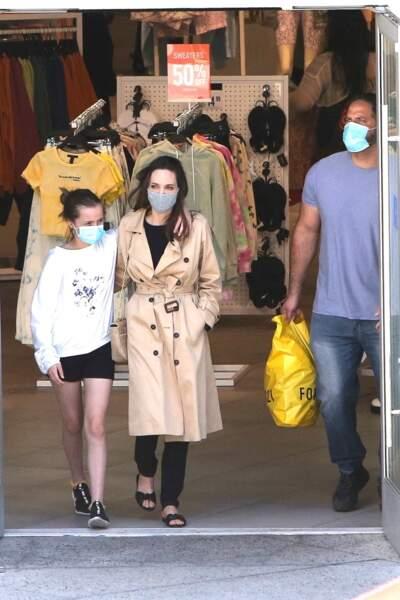 Angelina Jolie et sa fille Vivienne (12 ans) en pleine virée shopping à Hollywood, le 29 mars 2021
