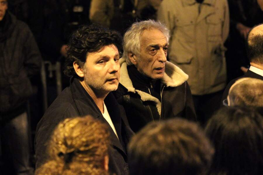 Philippe Lellouche et Gérard Darmon, à la synagogue de Nazareth à Paris, pour l'hommage aux victimes de la fusillade de Toulouse, le 19 mars 2012.
