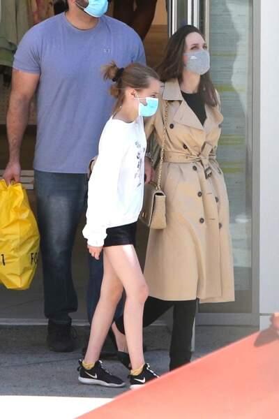 Maman comblée, Angelina Jolie accompagne Vivienne pour une virée shopping à Hollywood le 29 mars 2021