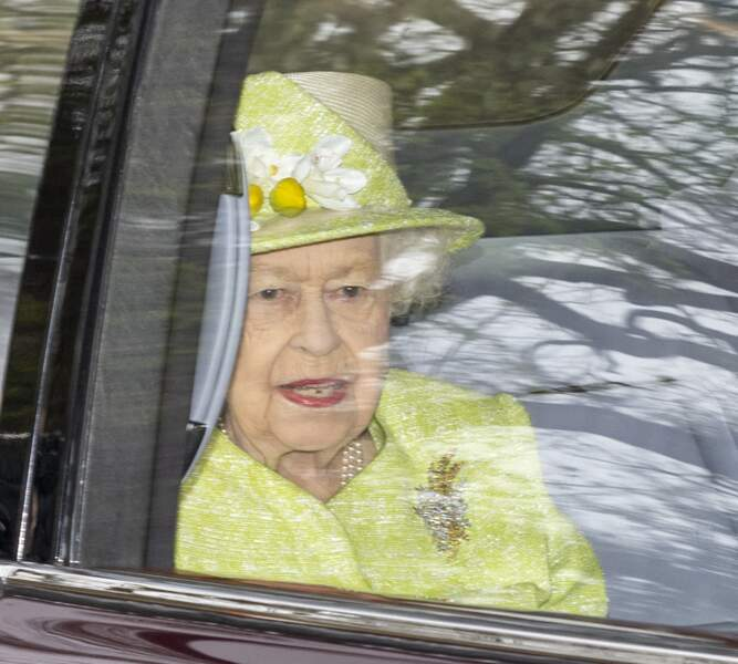 Elizabeth II aperçue dans son véhicule royal avant de se rendre à la cérémonie qui célèbre le  centenaire de la Royal Australian Air Force au CWGC Air Forces Memorial à Runnymede, dans le Surrey.