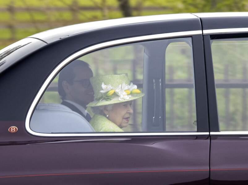 Elizabeth II a opté pour des couleurs printanières afin d'assister au centenaire de la Royal Australian Air Force au CWGC Air Forces Memorial à Runnymede, dans le Surrey.