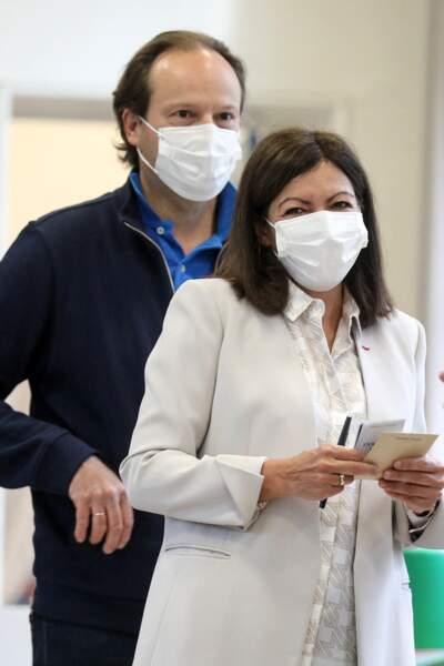 Anne Hidalgo avec son mari Jean-Marc Germain pour le second tour de la campagne des élections municipales à Paris, le 28 juin 2020