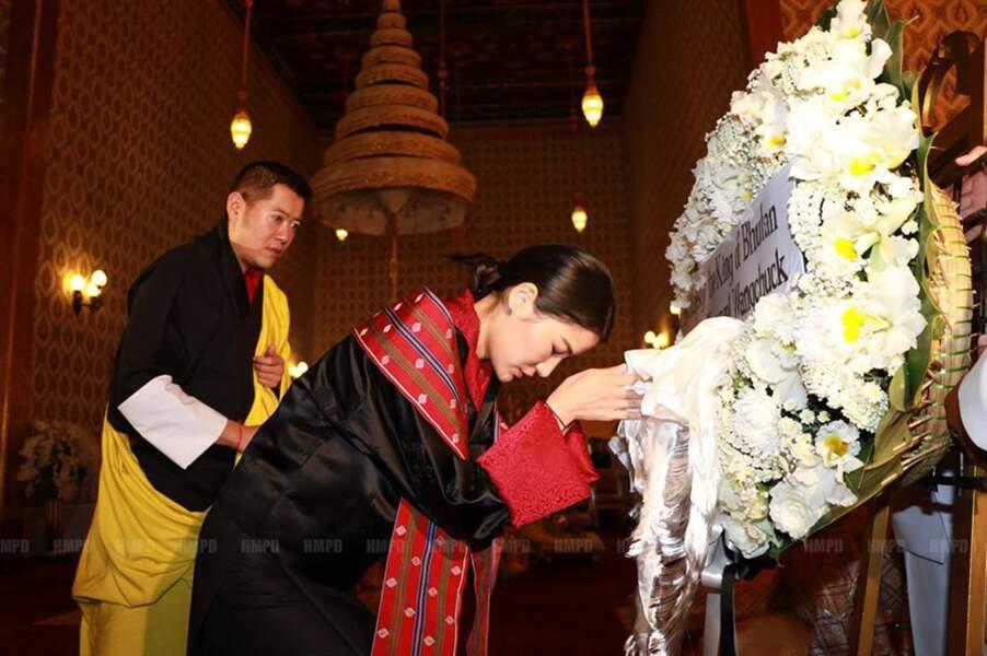 Le roi Jigme Khesar Namgyel Wangchuck et la reine Jetsun Pema du Bhoutan ont présenté leurs respects au roi de Thaïlande décédé, Bhumibol Adulyadej, lors d'une cérémonie d'hommage au Grand Palais à Bangkok. Le 15 octobre 2016