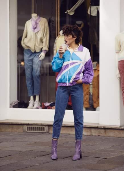 La veste de jogging vintage de chez Rétro est associée à un jean Levi's, des bottines Asos, des créoles Zag Bijoux, une montre Louis Pion et des lunettes Jimmy Fairly.