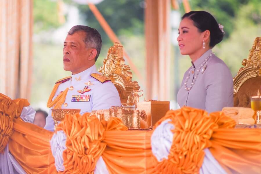Le roi de Thaïlande Maha Vajiralongkorn et la reine Suthida Vajiralongkorn na Ayudhya s'adressent au public lors d'une cérémonie à Sanam Luang le 9 mai 2019.