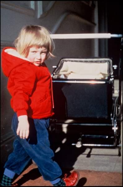 Lady Diana, toute petite, en train de jouer avec un landau.