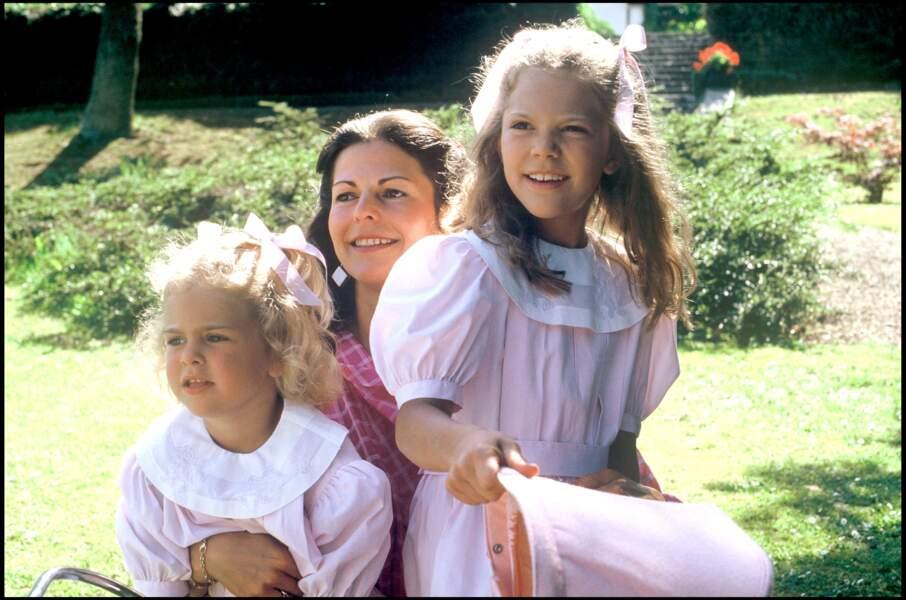 Madeleine de Suède (à gauche), avec sa mère, la reine Silvia, et sa grande soeur, Victoria de Suède, en 1986. La jeune princesse est alors âgée de 4 ans.