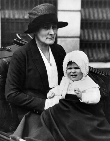 Elizabeth II, encore princesse, dans les bras de sa nourrice, en avril 1927. Elle est alors âgée d'un an.