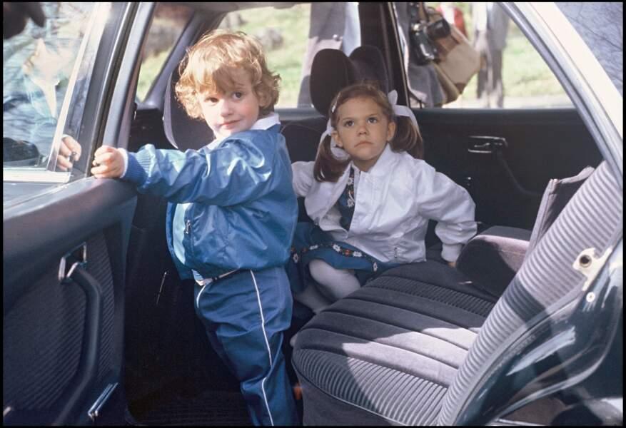 Victoria de Suède, avec son frère Carl Philip, en 1983. La jeune princesse a alors 6 ans.