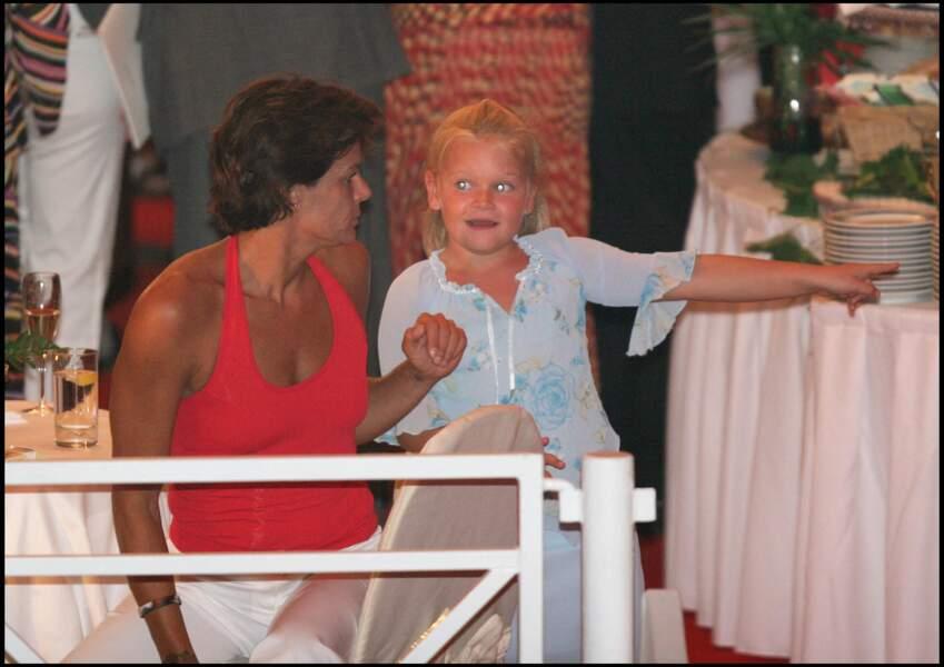Camille Gottlieb, malicieuse, avec sa mère, Stéphanie de Monaco, lors d'un événement monégasque en 2005. La petite fille va alors avoir 8 ans.
