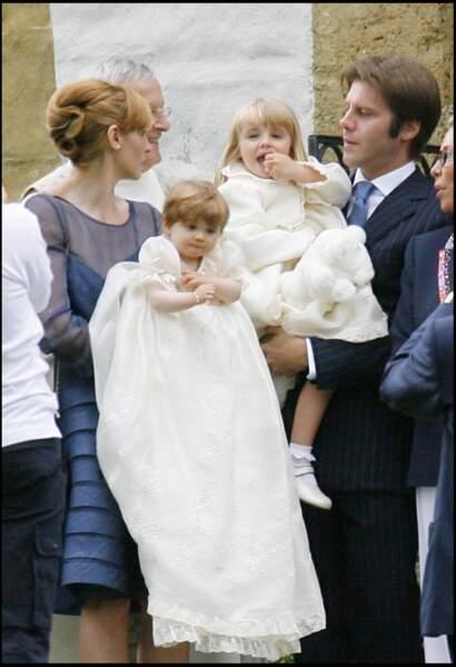 Vittoria de Savoie (dans les bras de son père à droite), avec sa mère Clotilde Courau et sa petite soeur, Luisa, en 2007. La jeune fille a 3 ans.