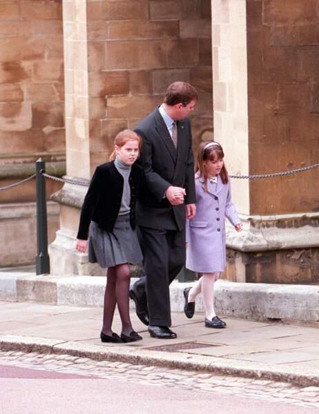 Les princesses Beatrice et Eugenie avec leur père, le prince Andrew, à la sortie de la messe de Pâques à Windsor, le 4 avril 1999.