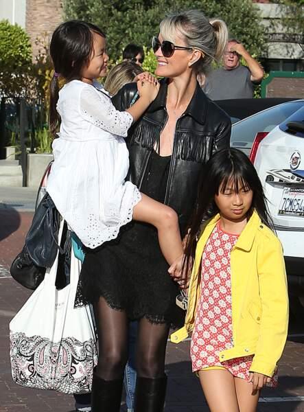Laeticia Hallyday est allée passer un moment avec ses filles Jade et Joy dans un parc à Malibu. Le 25 mai 2014