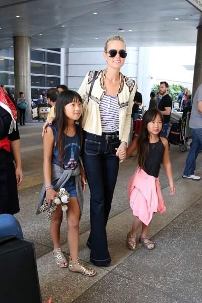 Laeticia Hallyday est accueillie par ses filles Jade et Joy à son arrivée à l'aéroport de Los Angeles le 15 mai 2016