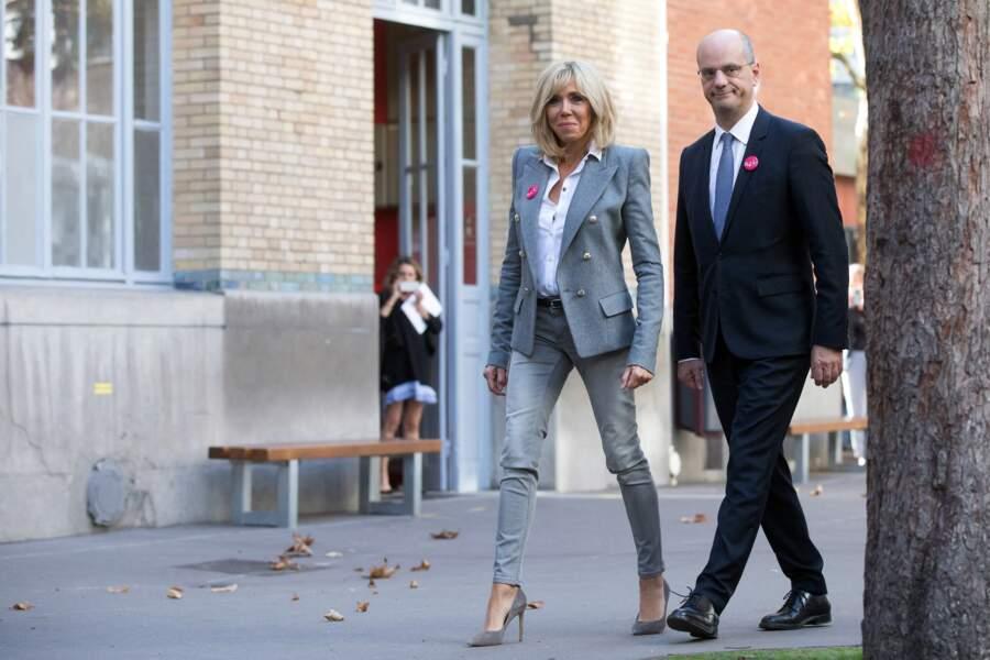 Brigitte Macron en slim, escarpins et veste de blazer épaulée, une de ses tenues fétiches pour la dictée ELA, le 16 octobre 2017.