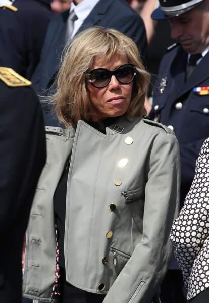 Brigitte Macron et l'une de ses vestes favorites : le blazer à boutons dorés, le 8 mai 2016.