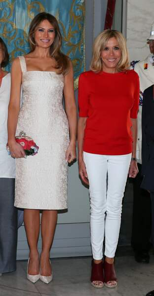 Brigitte Macron en slim blanc et pull rouge, deux de ses couleurs favorites aux côtés de Melania Trump, en Sicile en mai 2017.