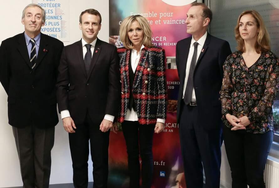 Brigitte Macron opte pour le blazer écossais signé Balmain le 1er décembre 2017.